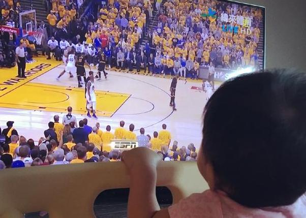 贾静雯带女儿看NBA总决赛 咘咘趴床边入迷