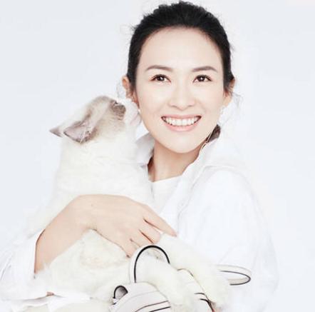 38岁章子怡灿笑似少女