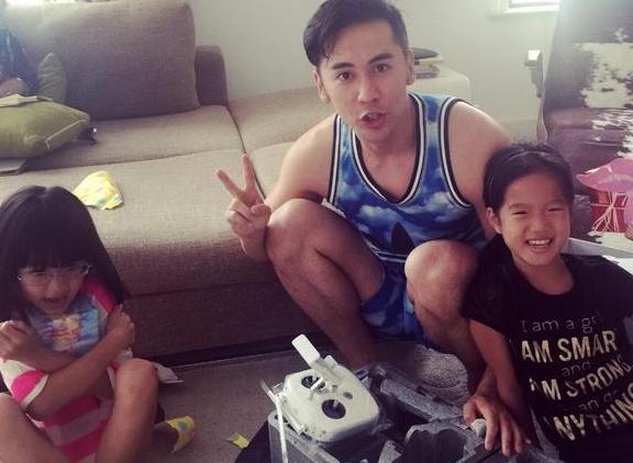 张伦硕与钟丽缇女儿玩模型 同庆父亲节